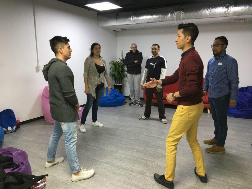 Empleados de Grupo MedLegal en actividad en taller